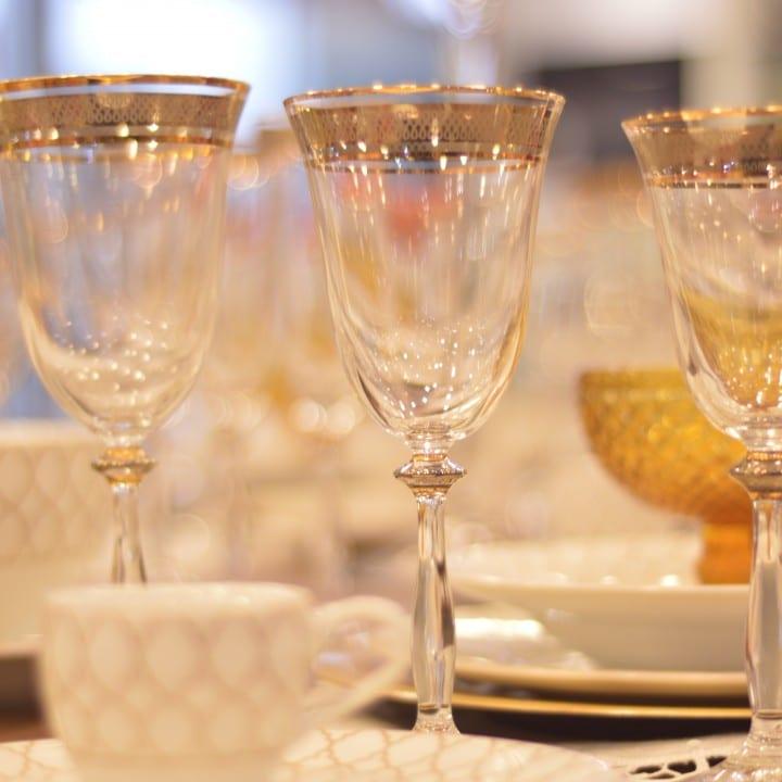composição de mesa clássica em branco e dourado
