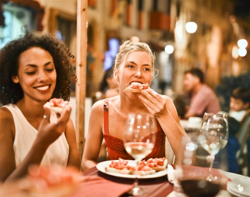meninas comendo em restaurante