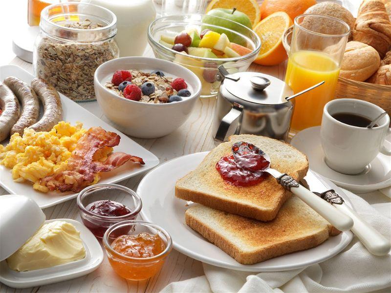 Mesa com vários alimentos para o café da manhã