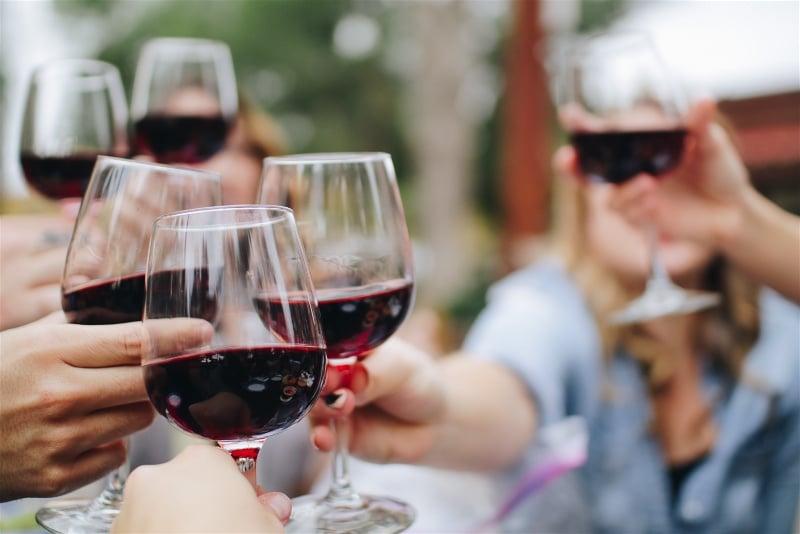 brinde com taças de vinho