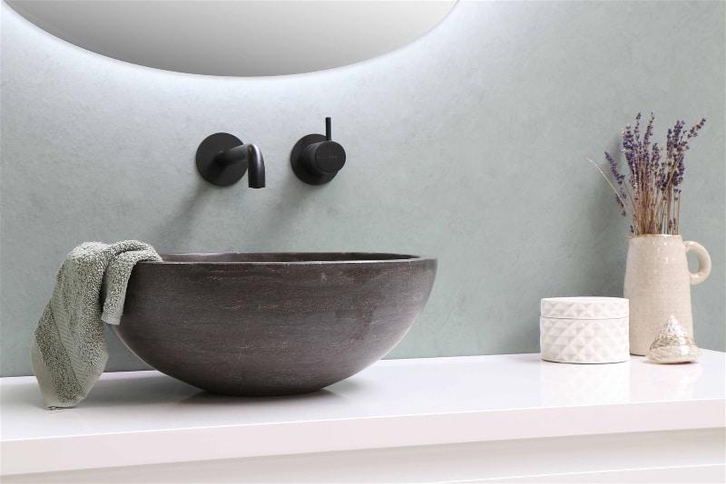 Imagem de um banheiro com incenso aromático