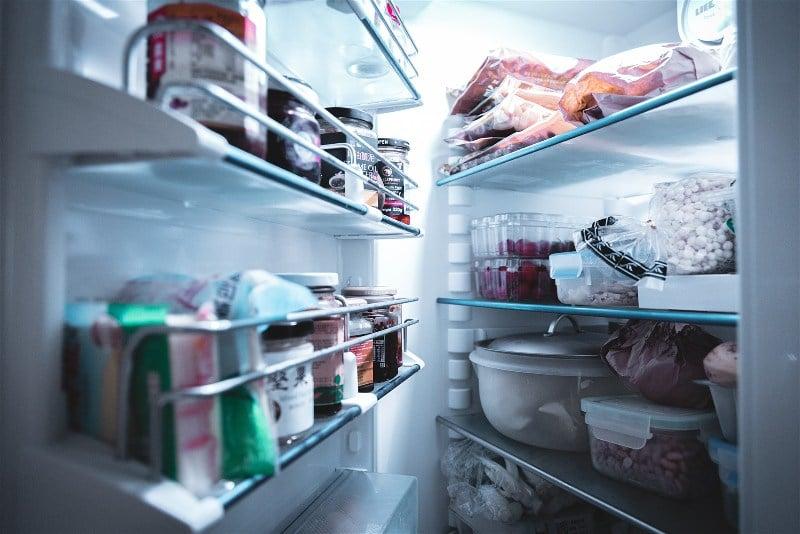 Imagem de uma geladeira aberta