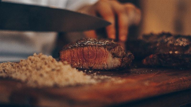 cortando carne de churrasco